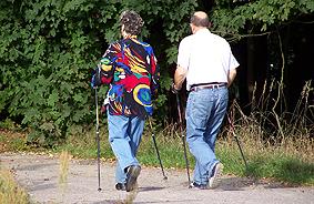 Ein älteres Ehepaar beim Nordic Walken. (c) by pixelio.de