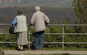 Ein altes Ehepaar schaut in die Landschaft. (c) Morguefile.com