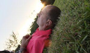 Ein Mann liegt auf einer Wiese. (c) Morguefile.com