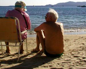 Ein altes Paar am Sandstrand. (c) Paul-Georg Meister_pixelio.de