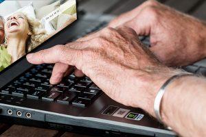 Die Hände einer alten Frau auf der Tastatur eines Laptops. (c) Pixabay.com