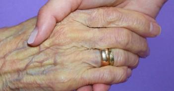 Eine Frau nimmt die Hand einer alten Frau. (c)_by_Rike_pixelio.de