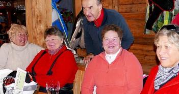 Vierfach-Weltcupsieger Reinhard Tritscher mit Teilnehmerinnen des Schitrainings. (c) Tom Eitzinger/ Orthopädisches Spital Speising