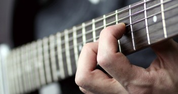 Warum nicht? Ein Musikinstrument lernen hält das Gehirn jung und macht Spaß. (c) Maja Dumat_pixelio.de.