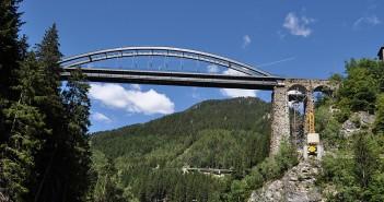Eine hohe Eisenbahnbrücke auf dem Weg quer durch Europa. (c) berggeist007_pixelio.de.