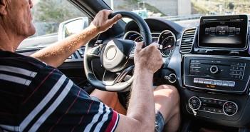 Ein älterer Mann hinter dem Steuer eines Autos. (c) Pixabay.com