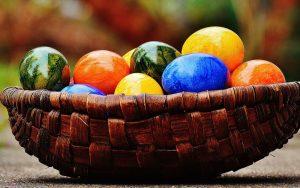 Darf zu Ostern nicht fehlen: ein Korb voll mit bunten Ostereiern. (c) Pixabay.com